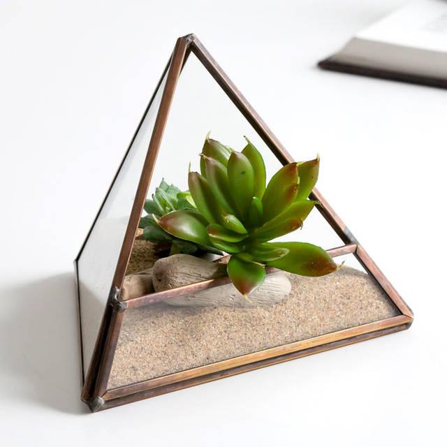 ガラスと真鍮でできた三角形のテラリウム容器