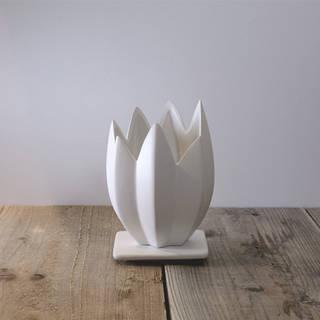 チューリップのような独特なデザインの陶器鉢です。専...
