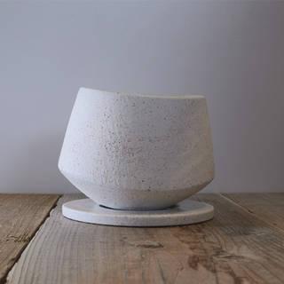 御影石のような色合いでラウンド型が特徴な陶器鉢です。...
