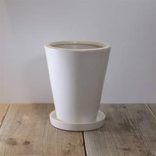 光沢感がありながらも、上品な質感に仕立てられた陶器鉢で...